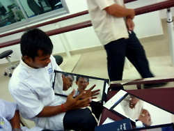 cambodia_amputee_assistance_theropy_070